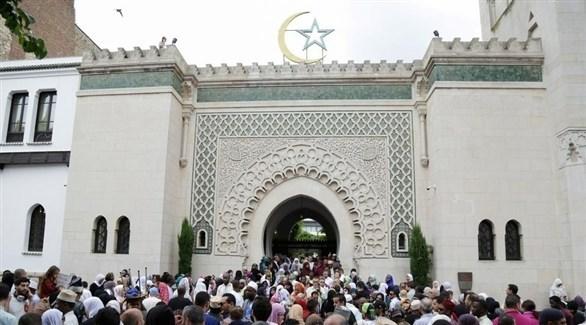 مسلمون أمام بوابة مسجد باريس الكبير (أرشيف)