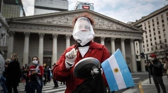 متظاهرة في الأرجنتين مرتدية الأقنعة الواقية (أرشيف)