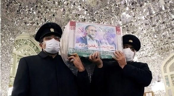 عسكريان إيرانيان يحملان نعش محسن فخري زاده.(وكالات)