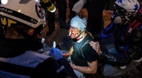 المصور الصحفي أمير الحلبي يتلقى الإسعافات الأولية (أ ف ب)