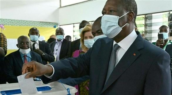 رئيس كوت ديفوار الحسن واتارا يدلي بصوته في الانتخابات (أرشيف)