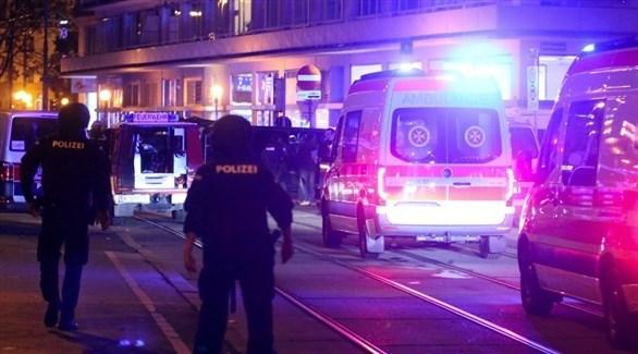 عناصر من الشرطة النمساوية في موقع الهجوم (تويتر)