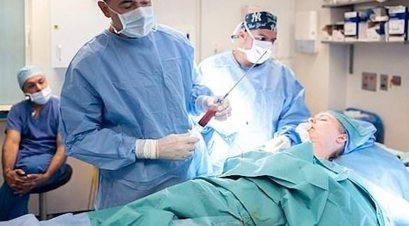 أطباء يجرون عملية تجميل لوجه امرأة (ديلي ميل)