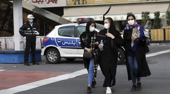 إيرانيات في طهران تحت أنظار شرطي (أرشيف)