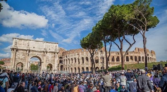 مسلمون يؤدون الصلاة في ساحة وراء كوليسيوم روما الإيطالية (أرشيف)