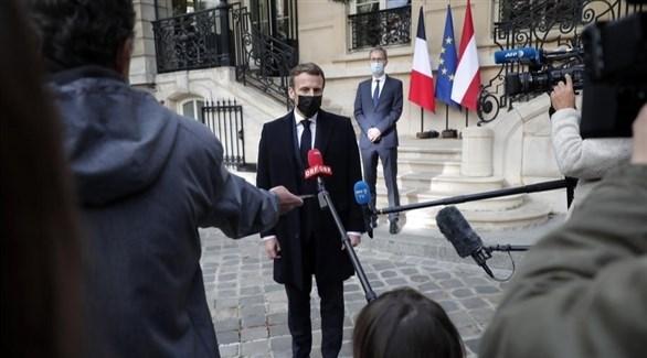 الرئيس الفرنسي ماكرون يتحدث للإعلام خلال زيارته للسفارة النمساوية (إ ب أ)