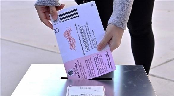 مواطن أمريكي يدلي بصوته - EPA