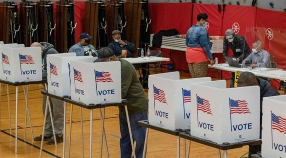 أمريكيون في أحد مراكز الاقتراع (توتير)