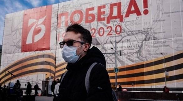 روسي أمام معرض عن الحرب العالمية الثانية في موسكو (أرشيف)