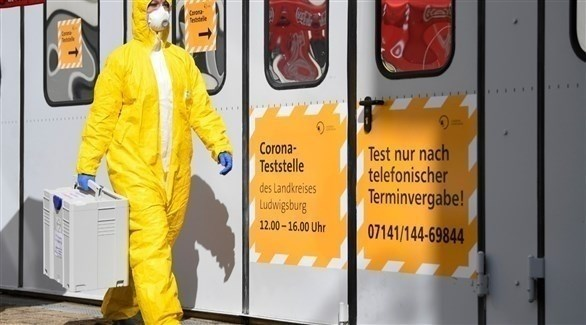 عامل طبي ألماني أمام مركز متنقل لفحص كورونا (أرشيف)