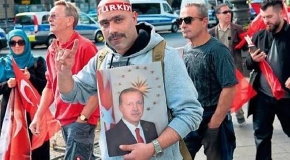 عدد من أنصار منظمة الذئاب الرمادية التركية الإرهابية (أرشيف)