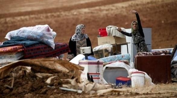 فلسطينيات في العراء بعد هدم خيامهن من قبل الجيش الإسرائيلي بغور الأردن (تويتر)