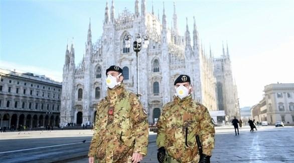 عسكريان إيطاليان يراقبان الحركة في روما مع استعداد إيطاليا لفرض إغلاق جديد (أرشيف)
