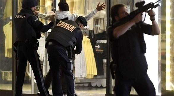 الشرطة النمساوية خلال اعتقال شخص بهد هجوم فيينا (أرشيف)