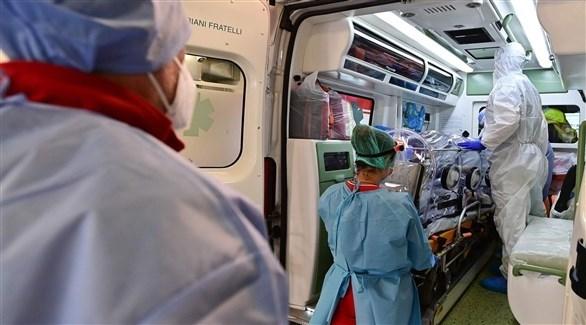 أطباء إيطاليون ينقلون أحد مصابي كورونا (أرشيف)