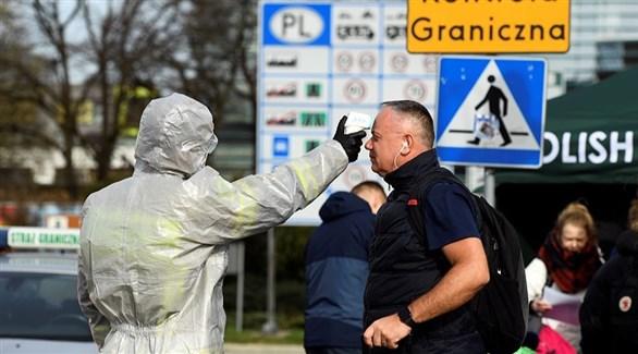 عامل في القطاع الصحي الألماني يفحص وافدا على الحدود مع بولونيا (أرشيف)