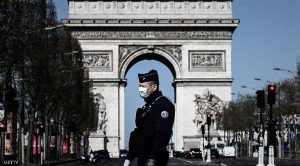 شرطي فرنسي أمام قوس النصر في باريس (أرشيف)