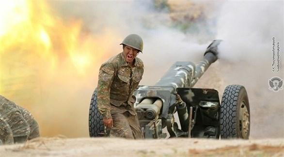 جندي أذري خلف مدفع على الجبهة بين أذربيجان وأرمينيا (أرشيف)