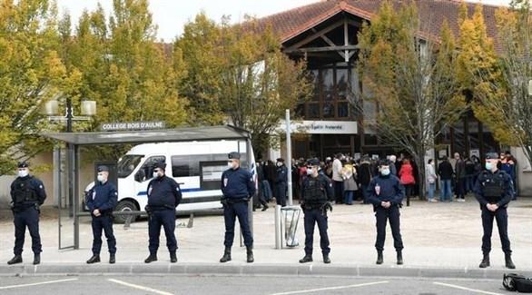 عناصر من الشرطة أمام مدرسة مدرس التاريخ المذبوح (أرشيف)