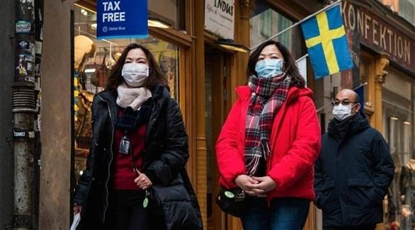 مواطنون سويديون يرتدون كمامات ضمن إجراءات الوقاية من كورونا (أرشيف)