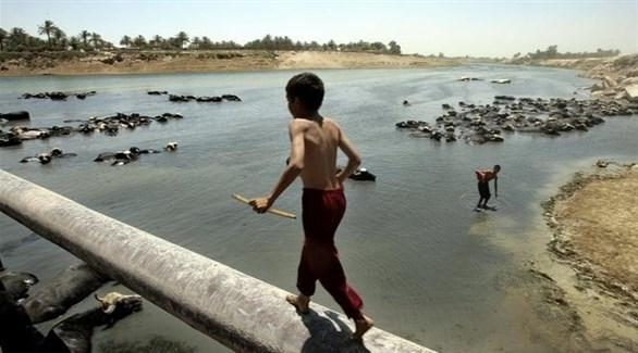 أطفال يلهون في مياه دجلة الضحلة بسبب احتجاز تركيا لمياه النهر (أرشيف)