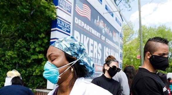 عاملون بقطاع الصحة الأمريكي يحتجون على ظروف العمل خلال جائحة كورونا (إ ب أ)