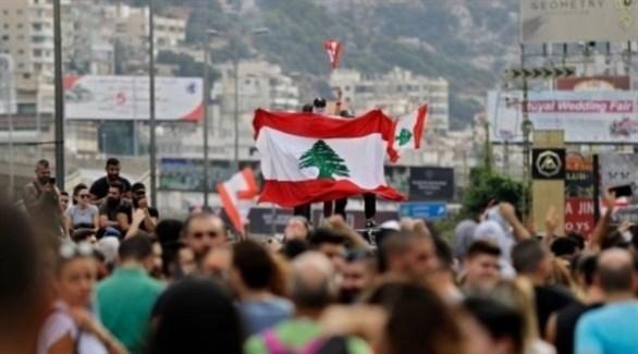 العلم اللبناني مرفوعاً في إحدى التظاهرات بالقرب من بيروت (أرشيف)