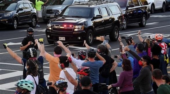 ترامب يعبر أمام محتفلين بخسارته - أ ف ب