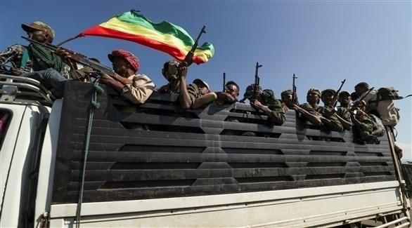 مسلحون في طريقهم لدعم القوات الحكومية (رويترز)
