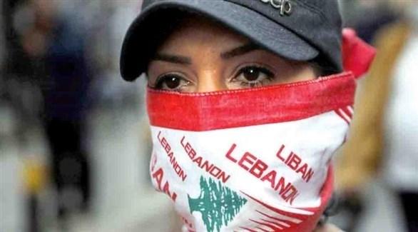 امراة ترتدي كمامة تحمل شعار العلم اللبناني (أرشيف)