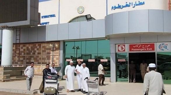 مسافرون أمام بوابة مطار الخرطوم الدولي (أرشيف)