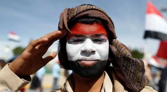 العلم اليمني مرسوماً على وجه أحد الأشخاص في اليمن (أرشيف)