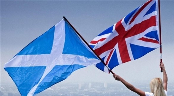 امرأة تحمل علم بريطانيا وعلم اسكتلندا (أرشيف)
