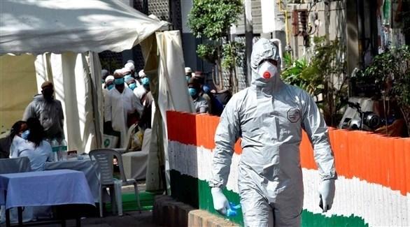 عامل في القطاع الصحي الهندي في مركز متنقل لكشف كورونا (أرشيف)