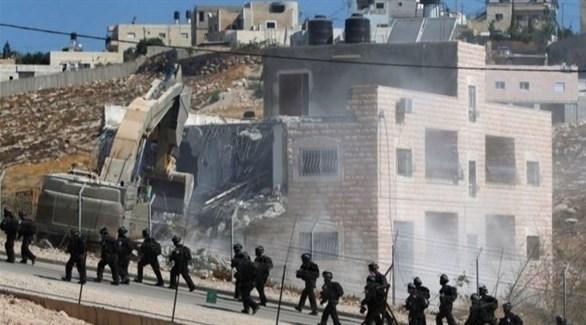 آلية إسرائيلية تهدم منزلاً فلسطينياً (أرشيف)