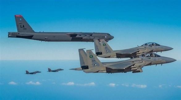 طائرة بي-52 الأمريكية العملاقة محاطة بسرب مقاتلات سعودية (واس)