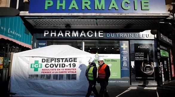فرنسيان أمام صيدلية تؤمن كشف فيروس كورونا (أرشيف)