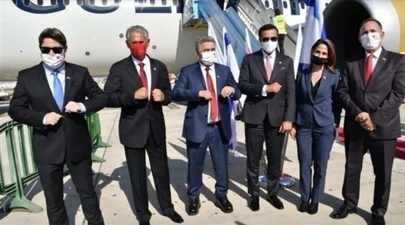 عدد من أعضاء الوفد البحريني لدى وصولهم إلى إسرائيل (تويتر)