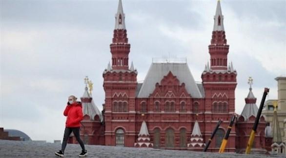 سيدة روسية تسير في الساحة الحمراء الشهيرة (أرشيف)