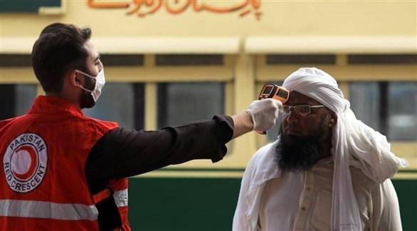 فحص درجة الحرارة لمواطن باكستاني ضمن إجراءات مواجهة كورونا (أرشيف)
