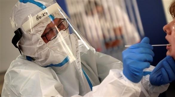 سحب عينات من حالة مشتبه بإصابتها بكورونا في ألمانيا (أرشيف)