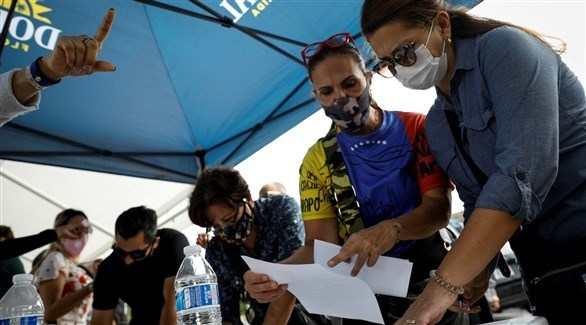 جانب من عملية الاقتراع للمعارضة الفنزويلية (رويترز)