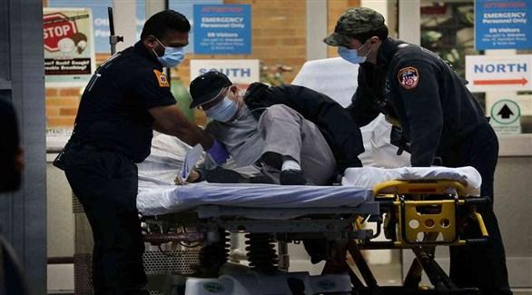 مسعفان أمريكيان يساعدان مصاباً بكورونا (أرشيف)