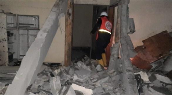 عنصر من الدفاع المدني بغزة في المنزل المتضرر من القذيفة الإسرائيلية (تويتر)