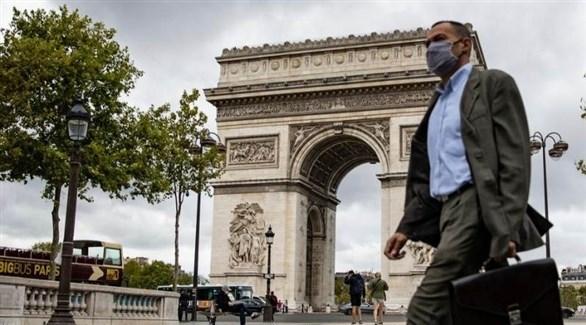 فرنسي يسير في محيط قوس النصر في باريس (ارشيف)