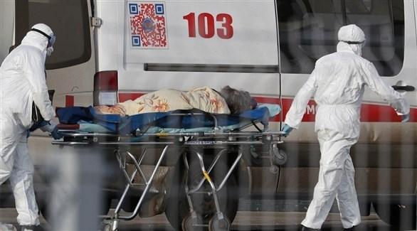 مسعفان ينقلان مصاباً بكورونا في روسيا (أرشيف)