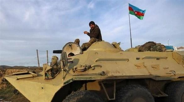 جندي أذري فوق دبابة (رويترز)