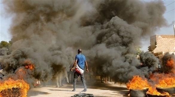المتظاهرون أحرقوا إطارات معبرين عن غضبهم (الفرنسية)