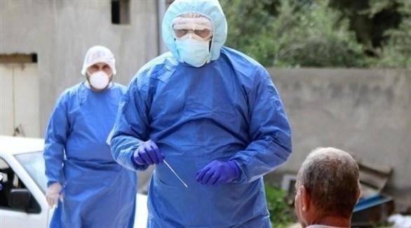 طبيب أردني يجري فحص كورونا لمواطن (أرشيف)