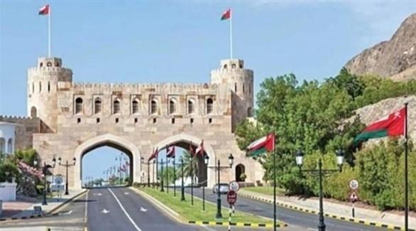 أعلام عمان مرفوعة في شارع بمسقط (أرشيف)